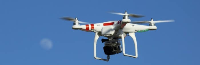 Un drone DJI Phantom avec GoPro et lune en arrière plan