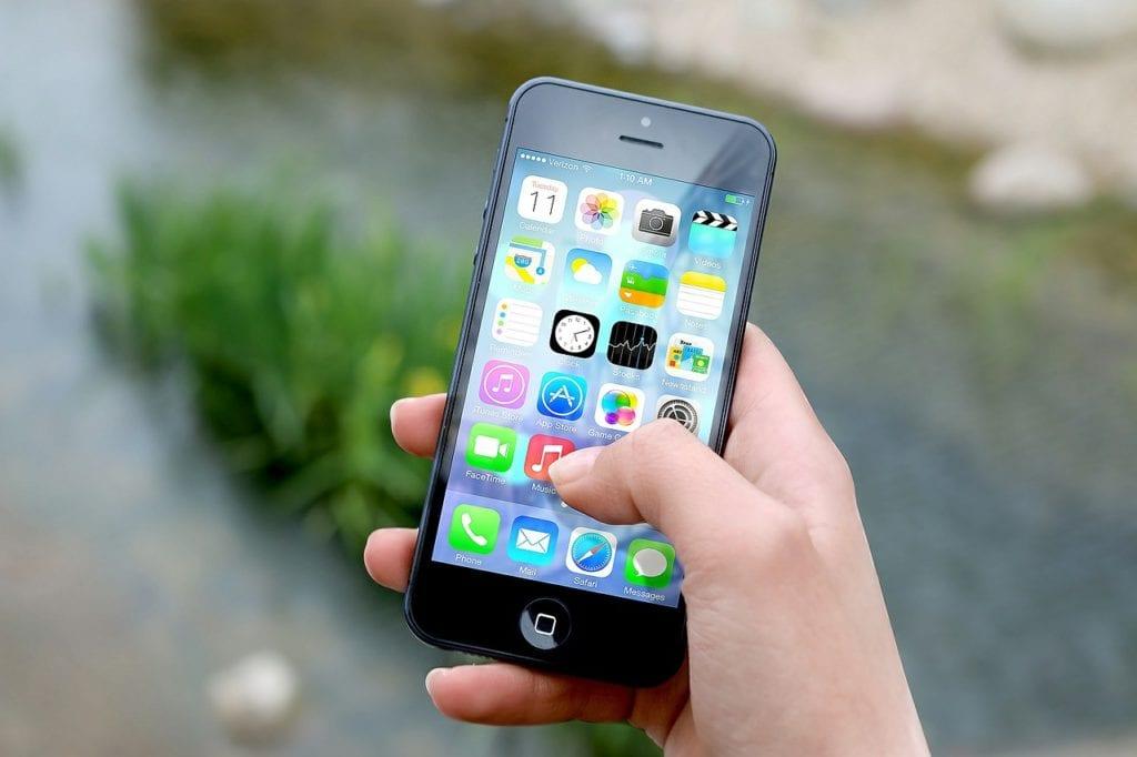 Un smartphone iphone produit par le constructeur américain Apple.